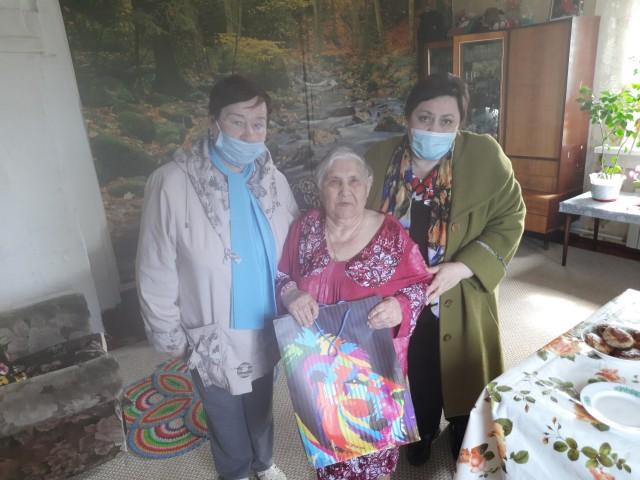 Труженица тыла из Сытомино принимает поздравления с днём рождения
